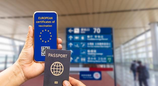 Certificado de vacinação da ue digital covid ou passaportes de vacina em telefone celular.