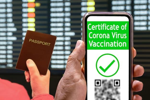 Certificado de vacinação digital da covid ou passaportes de vacina em telefone móvel.