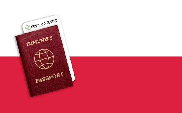 Certificado de viagem após pandemia para pessoas que tiveram coronavírus ou produziram vacina e resultado do teste para covid-19 na bandeira da polônia