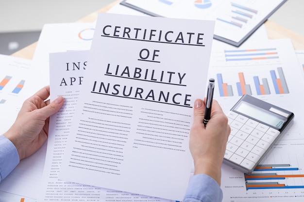 Certificado do conceito de seguro de responsabilidade, documentos na área de trabalho