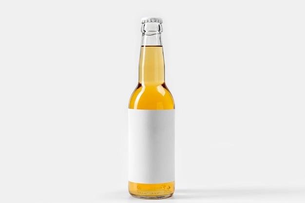 Cerveja alcoólica de vista frontal com rótulo em branco