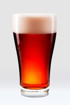 Cerveja âmbar fresca com espuma em meio litro