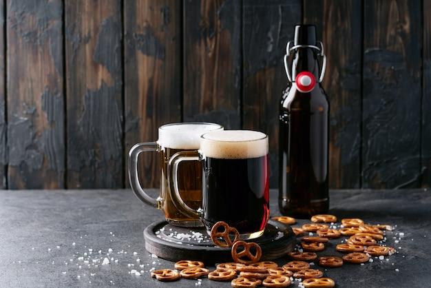 Cerveja artesanal clara e escura em canecas de vidro