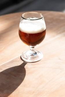 Cerveja artesanal de alto ângulo