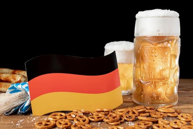 Cerveja bávara de close-up com bandeira alemã