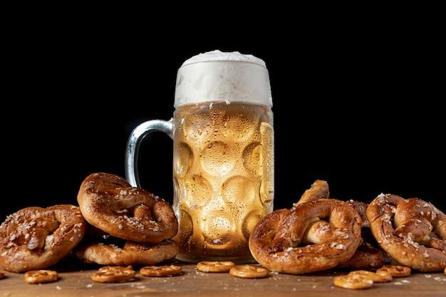Cerveja bávara rodeada de pretzels