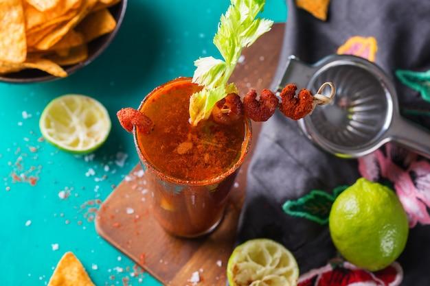 Cerveja clamato mexicana de coquetel alcoólico com camarão e aipo