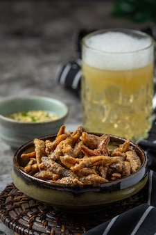 Cerveja com aperitivos crocantes de peixe, dia mundial da cerveja.