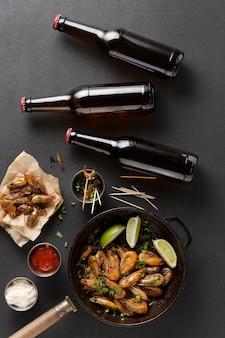 Cerveja com camarão frito em uma mesa escura