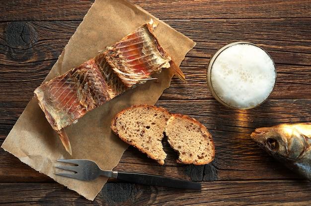 Cerveja com peixe na mesa de madeira
