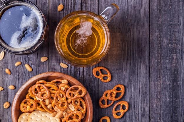 Cerveja com pretzels e biscoitos em uma tigela