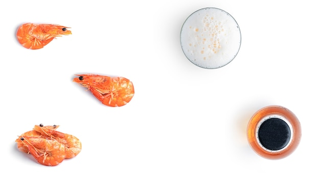 Cerveja com salgadinhos de frutos do mar em fundo branco