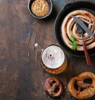 Cerveja com salsicha e pretzels