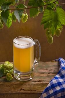 Cerveja da oktoberfest da baviera e pretzels na mesa de madeira.