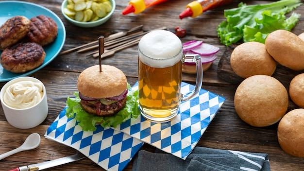 Cerveja da oktoberfest e hambúrgueres na mesa de madeira