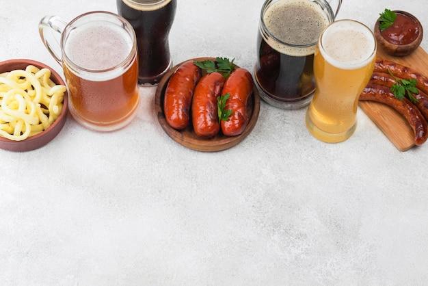 Cerveja de alto ângulo e moldura de comida
