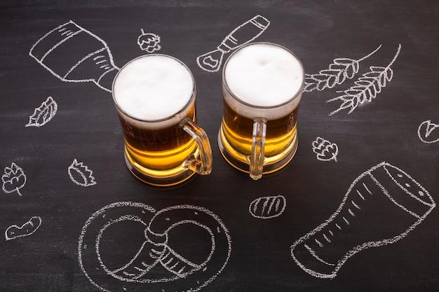 Cerveja de close-up com fundo de quadro de giz