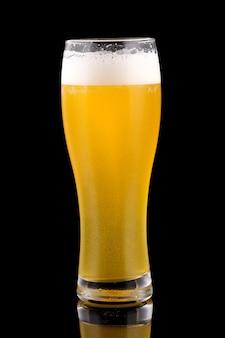 Cerveja de trigo light em uma superfície de vidro alto preto