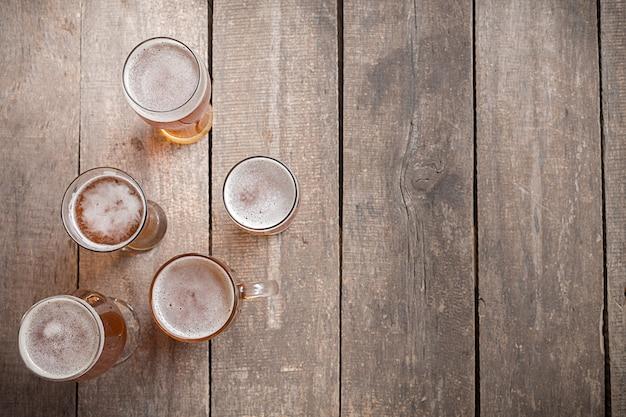 Cerveja de vidro com fundo de madeira