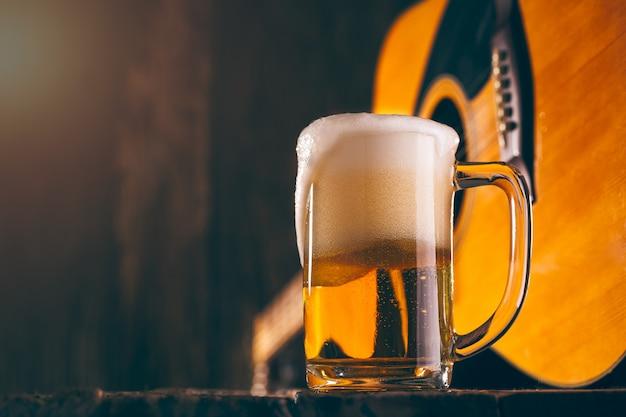 Cerveja de vidro da música