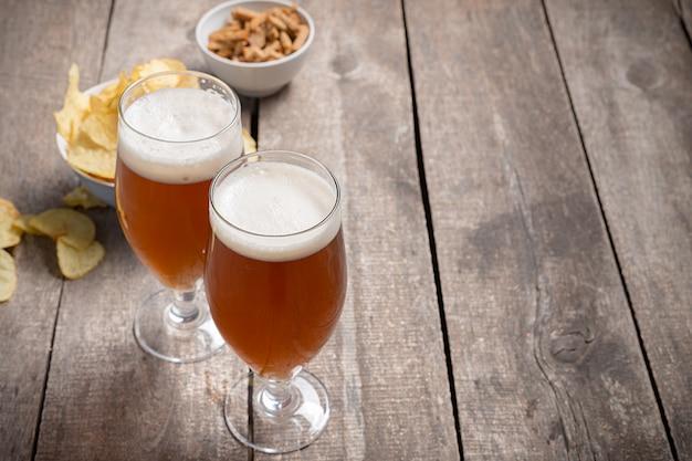 Cerveja de vidro na madeira