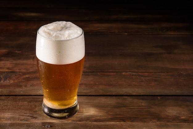 Cerveja de vidro na mesa de madeira