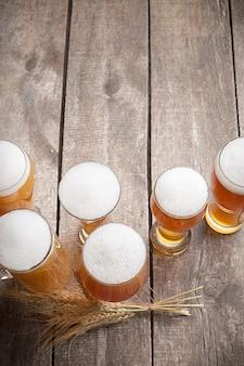 Cerveja de vidro na superfície de madeira