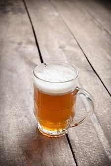Cerveja de vidro no fundo de madeira