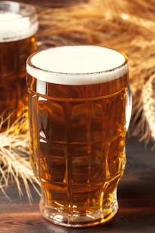 Cerveja de vidro sobre madeira