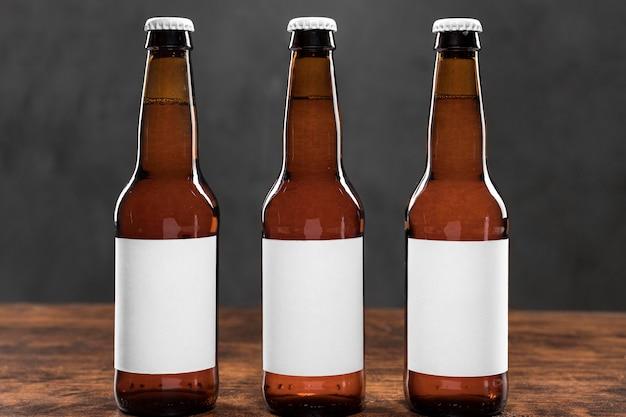 Cerveja de vista frontal com rótulos em branco