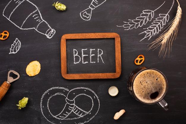 Cerveja de vista superior com fundo de quadro de giz