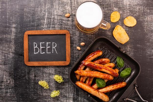Cerveja de vista superior com salsichas