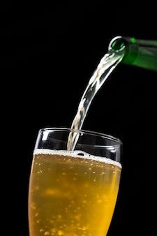Cerveja derramada em vidro