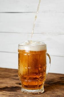 Cerveja, despejando um copo.
