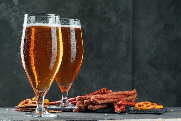 Cerveja e conjunto de lanches apetitosos cerveja