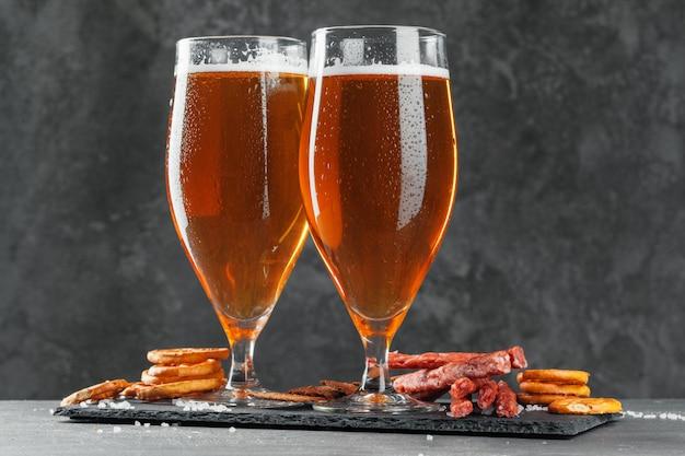 Cerveja e conjunto de lanches apetitosos cerveja.