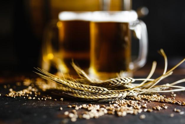 Cerveja e especiarias de trigo em uma mesa de madeira velha