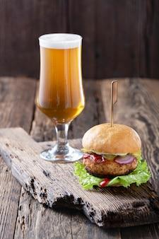 Cerveja e hambúrguer da oktoberfest na mesa de madeira