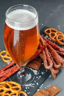 Cerveja e petiscos de cerveja apetitosos. tabela, com, assalte cerveja, tábua madeira, com, linguiças