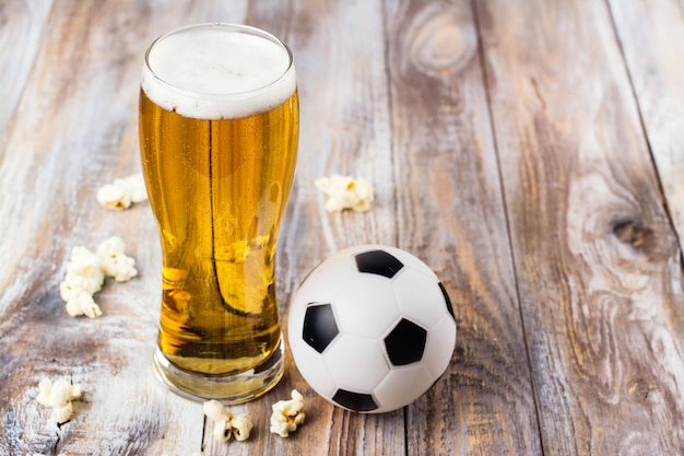 Cerveja e petiscos na mesa de madeira