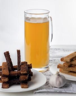 Cerveja e salgadinhos, torrada de pão com alho