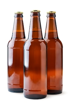 Cerveja em close-up de garrafas de vidro em um fundo branco. isolado