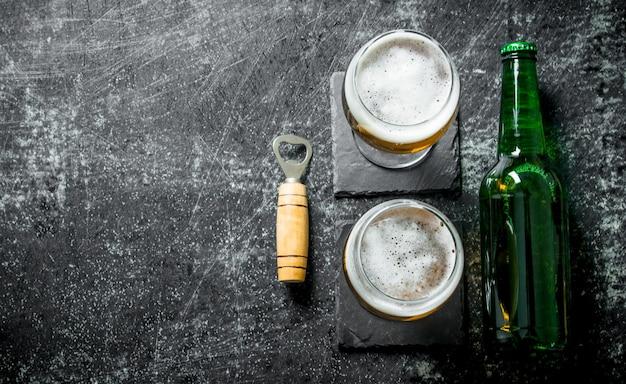 Cerveja em copos no estande. em fundo rústico
