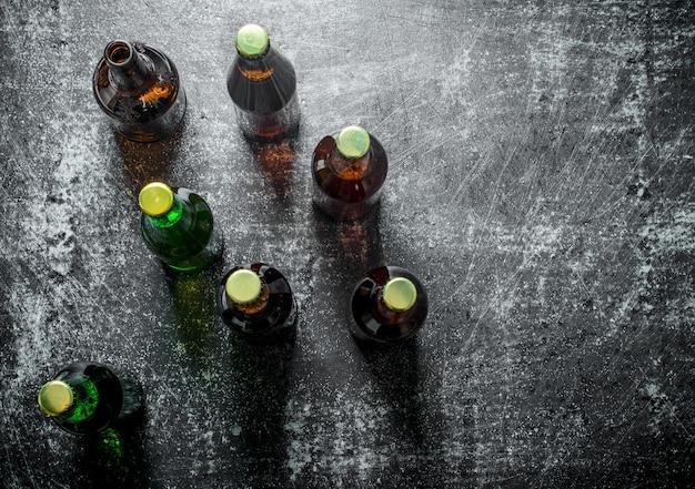 Cerveja em garrafas de vidro. em superfície rústica