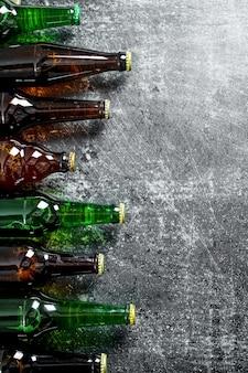 Cerveja em garrafas de vidro. na mesa rústica