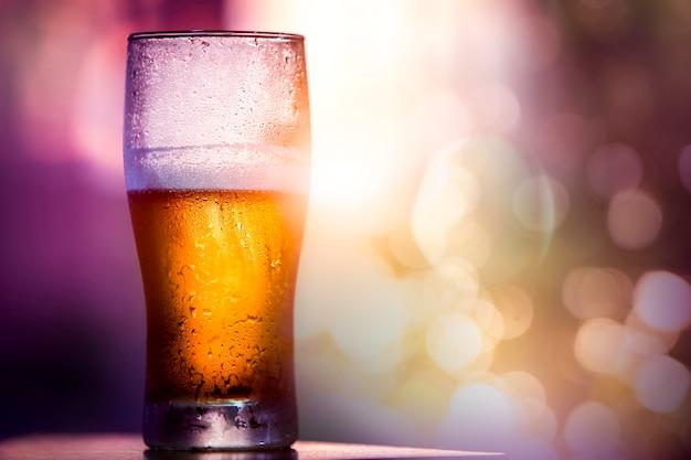 Cerveja em vidro com belo raio de sol