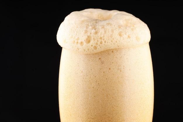 Cerveja escura não filtrada com espuma