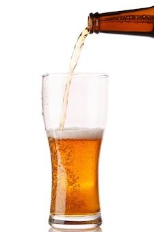 Cerveja está derramando em um copo