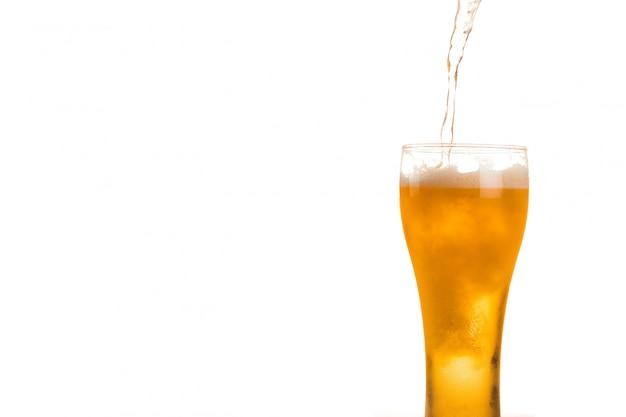 Cerveja está sendo derramada em vidro