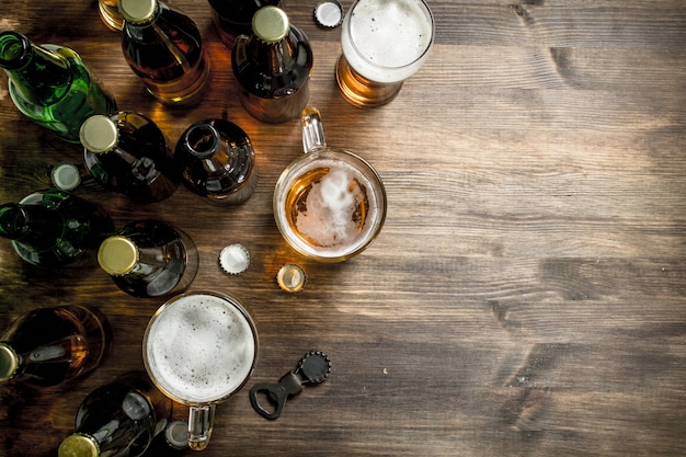 Cerveja fresca na mesa de madeira.